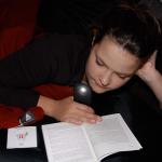 Licht aus dem Handy und gemütliche Lesedecken verlängern die Lesefreuden bis spät in den Abend bei StadtLesen