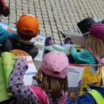 Mit Kappe geschützt vor der Sonne, liest es sich einfach besser - StadtLesen in Bad Reichenhall